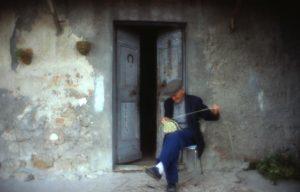 olivo_contadino che fa la bruscola davanti a casa_1024x655