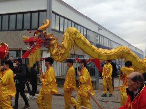 Il primo dragone entra e esce dalle fabbriche