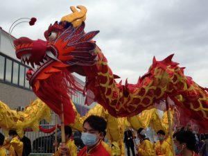 Il secondo dragone entra e esce dalle fabbriche