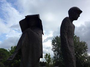 La mendicante e uomo sotto la pioggia